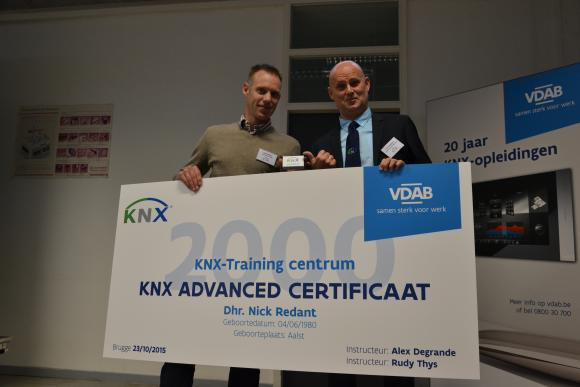 the lucky owneThe 2000th KNX certificate issued by VDAB, Mr. Redant, with a representative of KNX International.